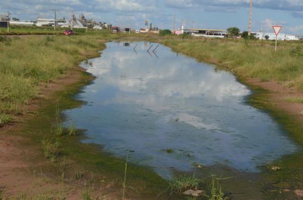 Áreas de acumulo de água no final da duplicação da BR 242 e no estacionamento da Bunge Alimentos estão merecendo atenção das empresas responsáveis e das autoridades sanitárias
