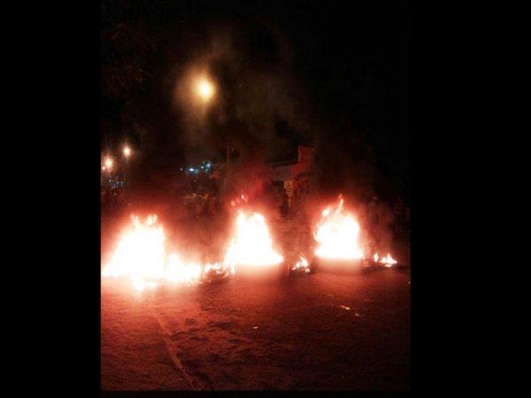 Moradores realizam barricadas nas ruas em protesto à violência.