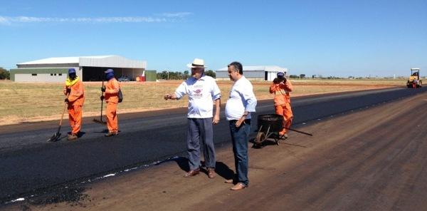 Prefeito e Secretário em visita a obra de pavimentação da pista de acesso ao aeroporto