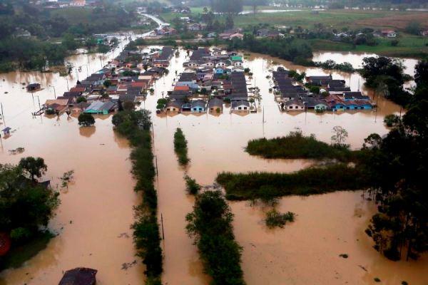 O nível do rio Itajaí-Açu subiu 11,5 metros acima do normal, alagando quase toda a cidade de Rio do Sul. Cristiano Estrela/Agência RBS/Folhapress