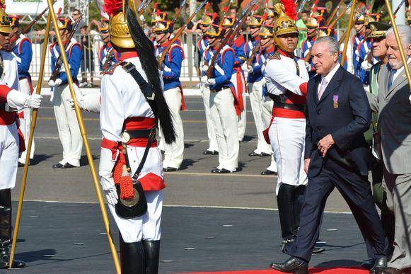 Temer e o ministro da Defesa, Jaques Wagner, passam a revista da tropa no dia do Soldado. Foto da minha querida amiga Elza Fiúza para a Agência Brasil.