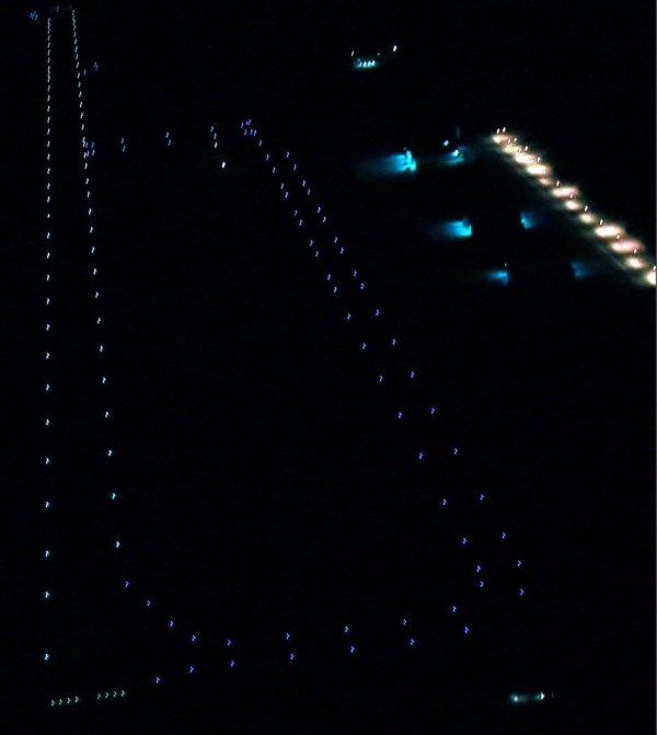 imagem aérea da pista iluminada