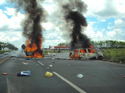 Nas péssimas estradas do  País acidentes fatais se repetem. A cada feriadão, cerca de uma centena de pessoas morrem e quase mil ficam feridas.