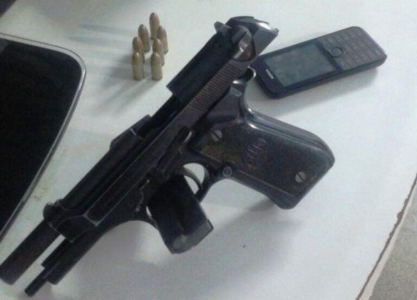Arma encontrada com os detidos que auxiliavam na fuga
