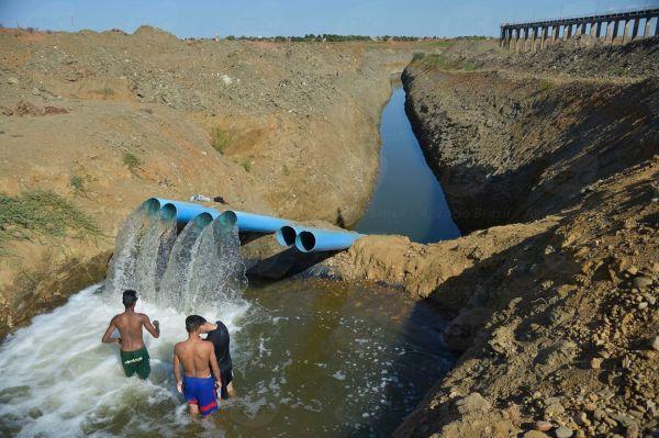 Cidade Nova - Bombas submersas, fazem a transposição, bombeamento  de água para abastecer áreas de plantio dos produtores do Lago de São Vitor (Marcello casal jr/Agência Brasil)