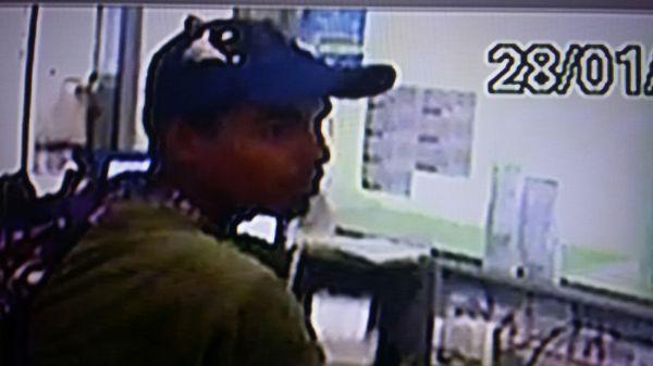 O assaltante flagrado pelas câmeras de segurança da lotérica