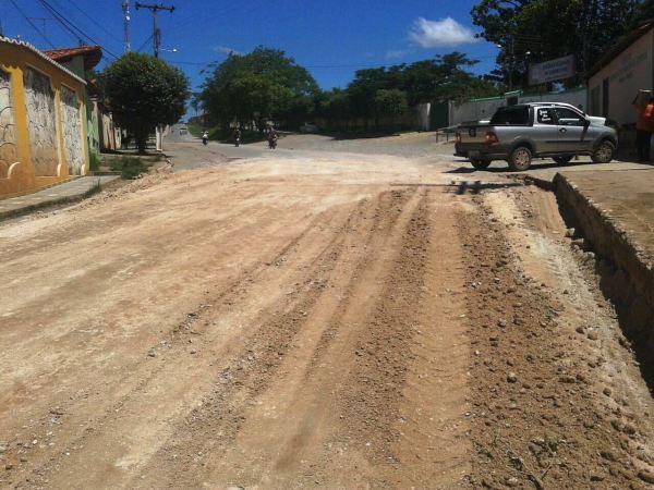 Ruas asfaltadas que viraram ruas de terra, até a próxima chuva