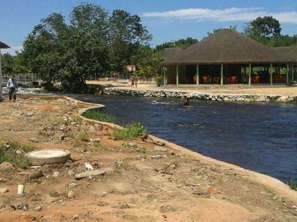 Obras inacabadas de um parque à beira do rio