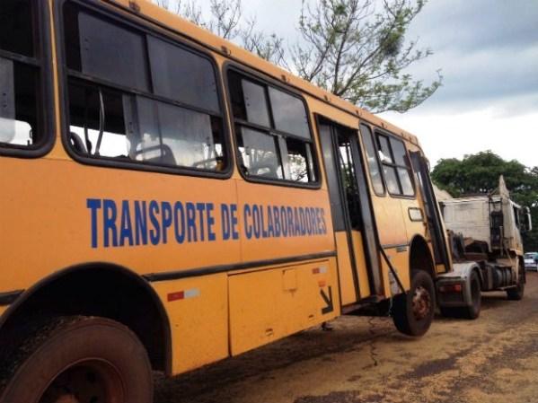 O segundo ônibus tentou desviar o acidente e saiu fora da estrada.