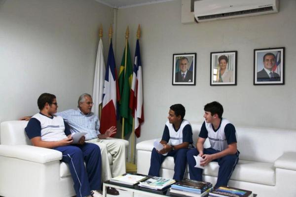 Prefeito recebe estudantes do ensino médio em seu gabinete
