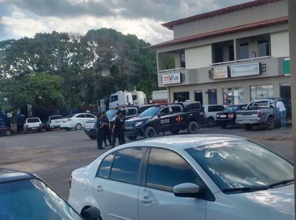 A Polícia de Posse dá atendimento ao assalto do SICREDI.