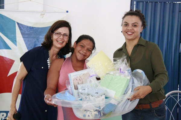 """Ainda no encerramento foram entregues os """"kits bebê"""", compostos por artigos necessários para os primeiros cuidados com o bebê"""