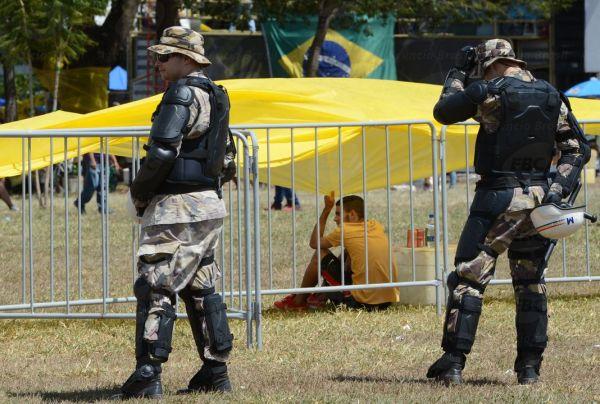 Brasília - Com a votação do pedido de impeachment da presidente Dilma Rousseff na Câmara dos Deputados neste domingo, governo do DF reforçou a segurança para separar manifestantes pró e contra o parecer na votaçãoElza Fiuza/Agência Brasil)