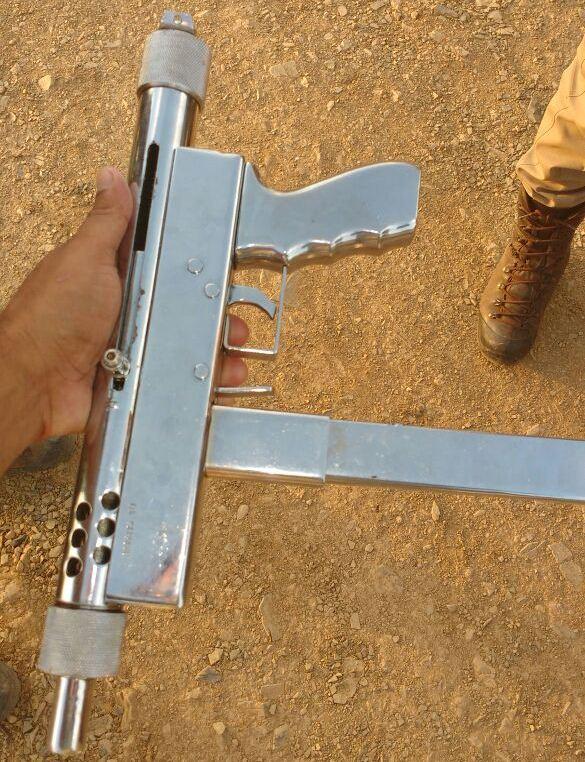 A ferramente usada pelos dois que atacaram a viatura policial. Uma 9mm que nem os coletes da PM e da Polícia Civil conseguem atacar.