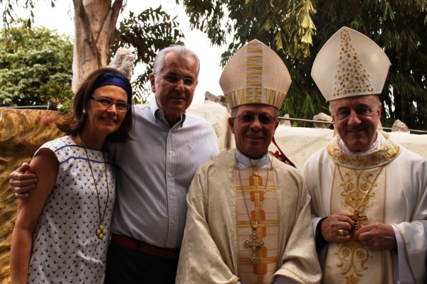 Prefeito Humberto, Dra Maira e os bispos Dom Josafá e Dom Murilo logo após a celebração da missa