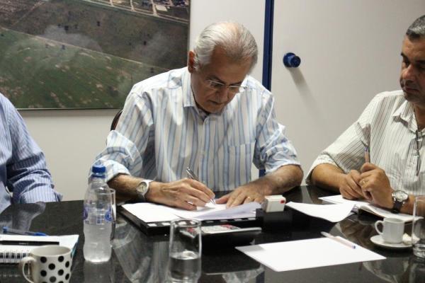 Prefeito assina decreto para contenção de gastos e despesas no Poder Executivo