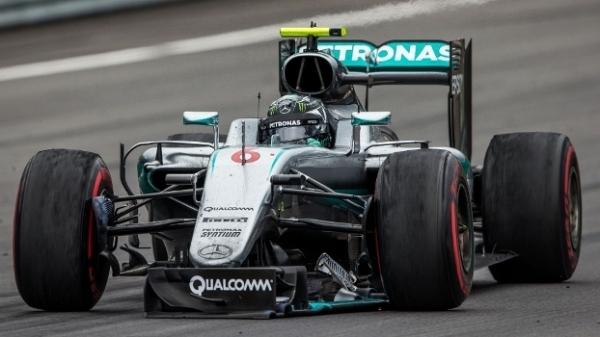 Rosberg quebrou a asa dianteira no toque com Hamilton, perdeu duas posições e ainda foi penalizado.
