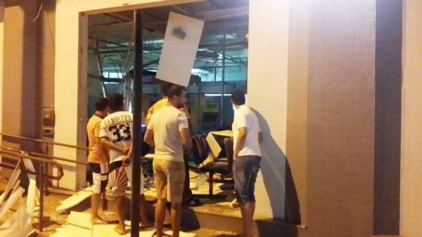 Após a explosão, pouco restou da agência bancária. Foto publicada em Brumado Notícias.