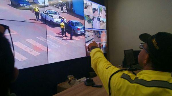 Equipe da SUTRANS em tempo real acompanha flagrante em veículo estacionado em local proibido