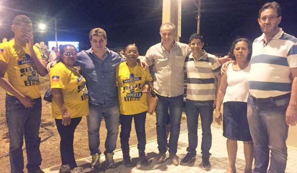 Fábio Lauck caminhou, ontem, com Faedo e simpatizantes no dia dos evangélicos.