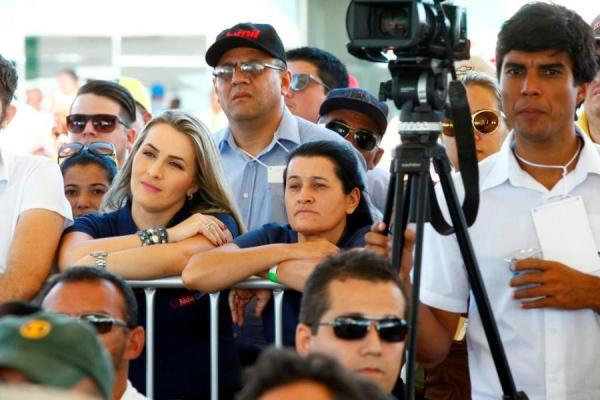 Jusmari Oliveira em foto recente, durante a Bahia Farm Show, em companhia de sua sobrinha e companheira de partido, Katerine Rios.