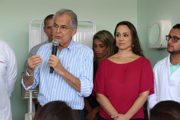 O prefeito Humberto Santa Cruz, ao lado da secretária Fernanda Fischer, lembra que LEM saltou de três para 16 unidades ESF nos últimos anos