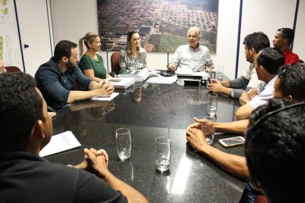 O prefeito Humberto Santa Cruz se reuniu na manhã desta quinta-feiracom representantes do sindicato e associação dos taxistas de LEM