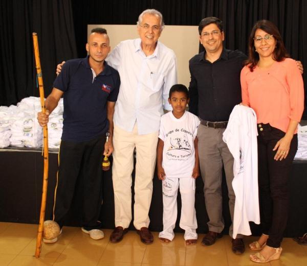 Prefeito Humberto, Mestre Carlinhos, o Gerente da Galvani, Wesly Farias e a Secretária de Cultura e Turismo, Jacyra Gomes com aluno beneficiado