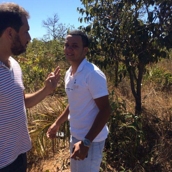 Rivaldo interroga o prisioneiro que escondeu os objetos roubados em um matagal