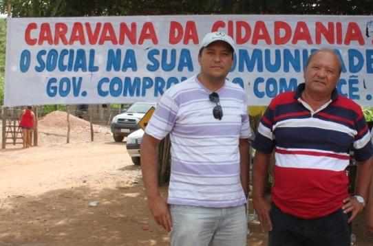 Romualdo com o filho, na vila de Caraíbas dos Melo, no interior de Santa Rita, durante campanha de 2012