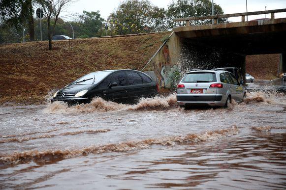 Brasília - De acordo com o Instituto Nacional de Meteorologia (Inmet), chove  forte em vários locais do Distrito Federal, causando alagamento e varios pontos da cidade (Wilson Dias/Agência Brasil)