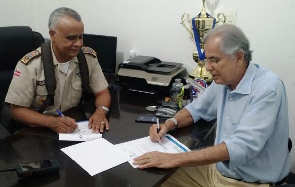 o-prefeito-humberto-e-o-coronel-pm-anselmo-alves-brandao-comandante-geral-da-pmba-no-ato-de-assinatura-do-termo-para-integracao-da-pm-com-o-cco