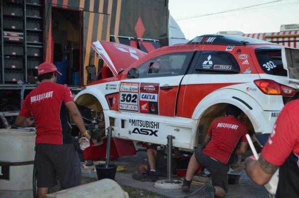 Na chegada, hora de desmontar inteiramente os carros para uma revisão completa.