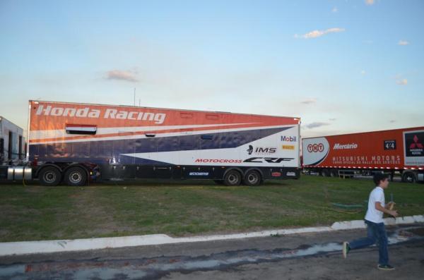 Grandes caminhões servem como depósitos de peças e até de hotel para mecânicos.