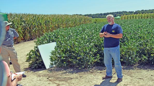 Randy Dowdy (camisa azul-escura) na avaliacao da produtividade de sua fazenda