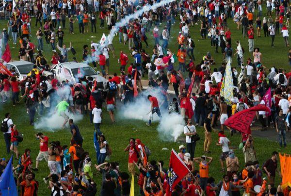 Brasília - Manifestantes entram em confronto com a polícia na Esplanada dos Ministérios (Wilson Dias/Agência Brasil)