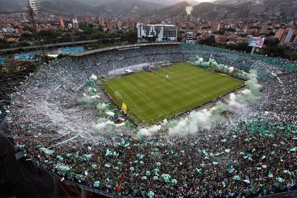 Na hora do jogo que seria realizado com o Atlético Nacional em Mendellin, torcida encheu o estádio para homenagear a Chapecoense. A foto foi publicada no blog do Juca e correu o mundo.