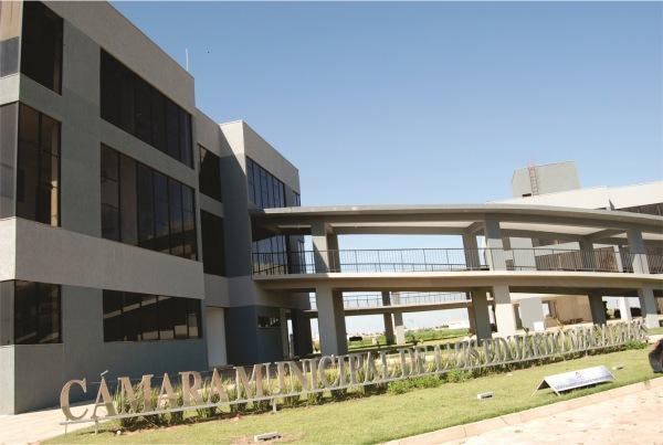 Prédios da Câmara Municipal de Luís Eduardo Magalhães: um palácio de concreto protendido, vidros fumês e ostentação, incoerente com um estado e um município de ruas de chão e esburacadas.