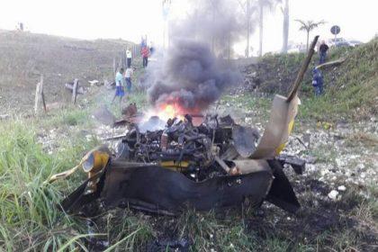 O veículo ficou completamente destruído após a explosão.