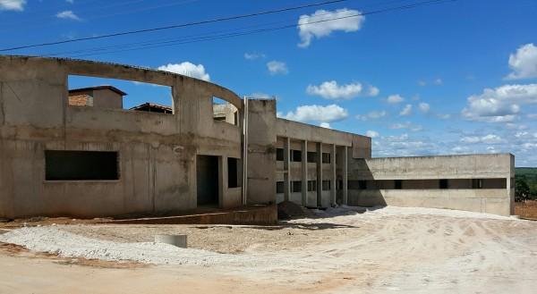 A futura sede do Legislativo: uma limpeza geral e a continuidade das obras.