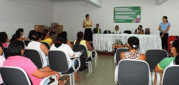 A secretária de Assistência Social, Ronúbia Setúbal, em reunião com os agentes comunitários de Saúde.
