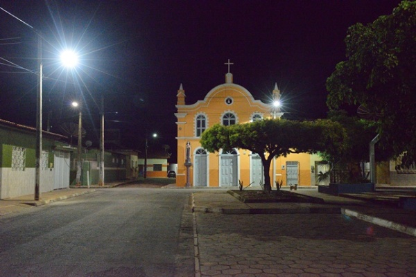iluminacao-da-praca-amphilophio-lopes-e-igreja-santa-terezinha